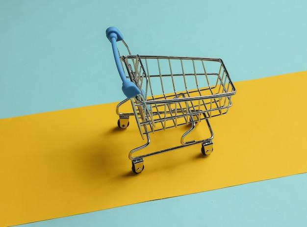 Minimalistyczna koncepcja zakupów wózek na zakupy