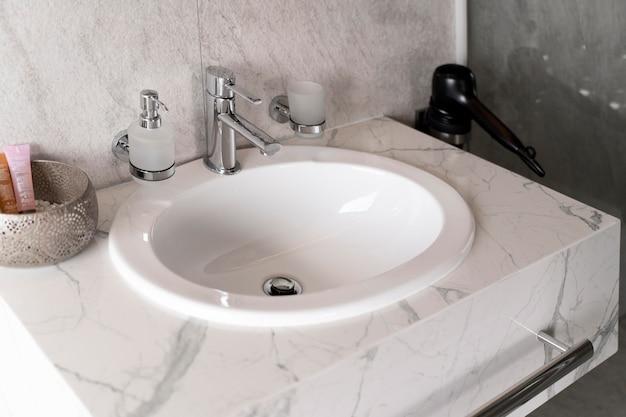 Minimalistyczna marmurowa umywalka w łazience