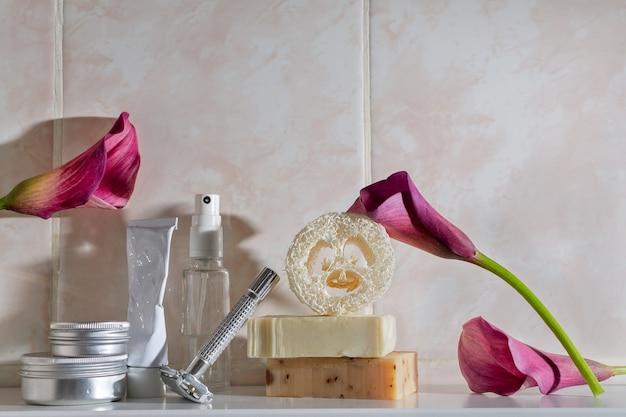 Minimalistyczna martwa natura do kąpieli i pielęgnacji skóry zero waste, gąbka loofa, metalowa maszynka do golenia wielokrotnego użytku, ręcznie robione mydła, krem, dezodorant, masło do ciała w puszce alimunium