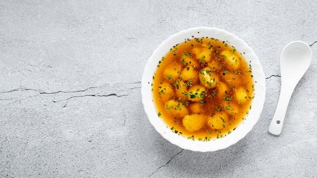 Minimalistyczna miska zupy kluskowej