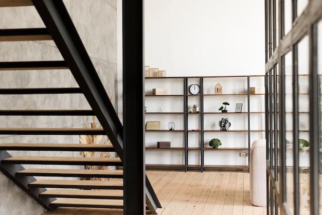 Minimalistyczna nowoczesna półka na książki i schody