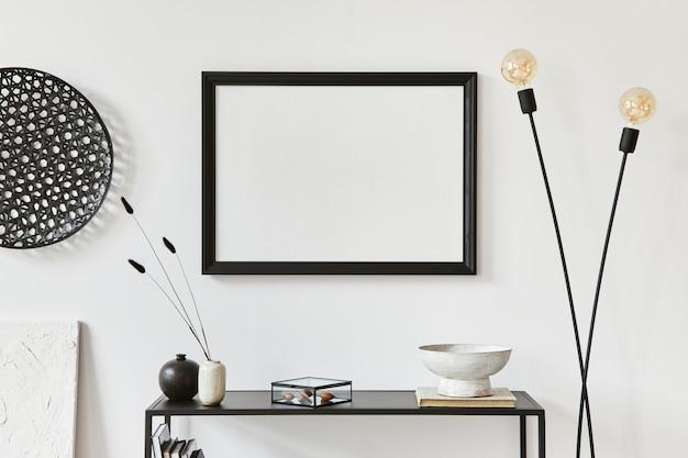 Minimalistyczna stylowa kompozycja kreatywnego wystroju wnętrza pokoju z mocną ramą plakatową, metalową półką, lampą przemysłową i osobistymi akcesoriami. koncepcja czarno-białe. szablon.
