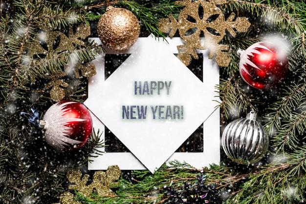 Minimalistyczne mieszkanie leżał kwadratową ramkę boże narodzenie i nowy rok kartkę z życzeniami ze śniegu.