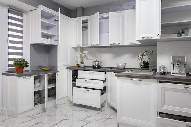 Minimalistyczne nowoczesne białe wnętrze kuchni