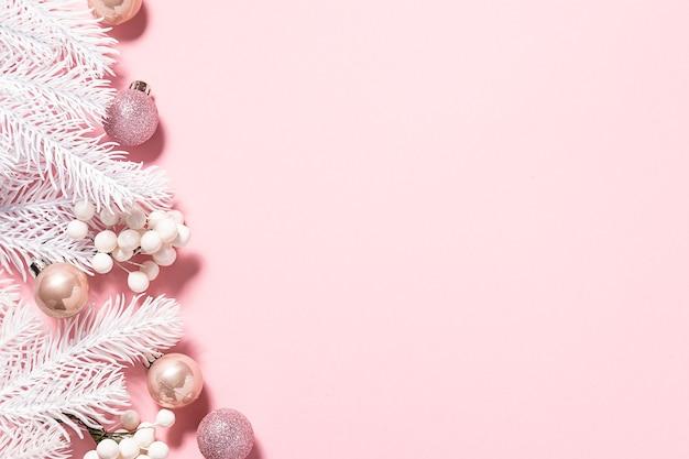Minimalistyczne świąteczne gałęzie jodły i dekoracje