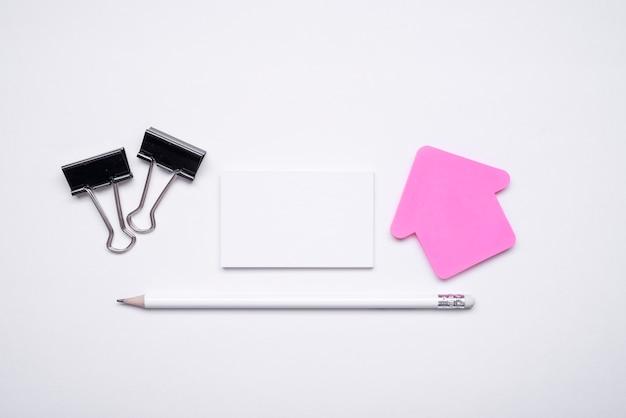 Minimalistyczne wizytówki i artykuły papiernicze