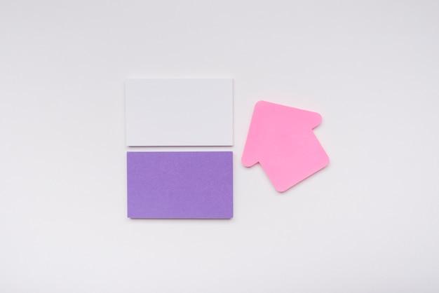 Minimalistyczne wizytówki i różowa strzałka