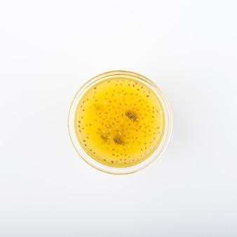Minimalistycznie kieliszek na płasko z sokiem cytrusowym