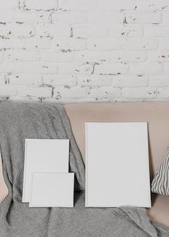 Minimalistyczny asortyment pustych białych ramek