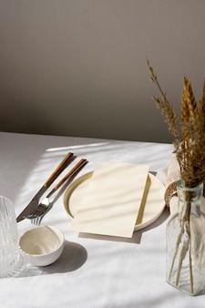 Minimalistyczny biały układ stołu