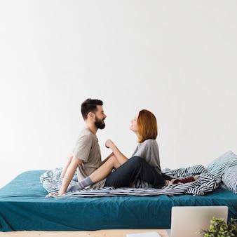 Minimalistyczny design sypialni i para patrząc na siebie