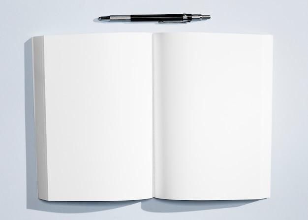 Minimalistyczny notatnik z długopisem w widoku z góry