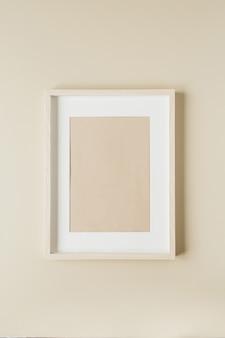 Minimalistyczny obraz w ramce na beżowej ścianie. nowoczesna koncepcja wystroju wnętrz.