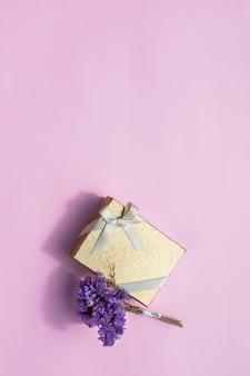 Minimalistyczny prezent z kwiatem i przestrzenią na kopie