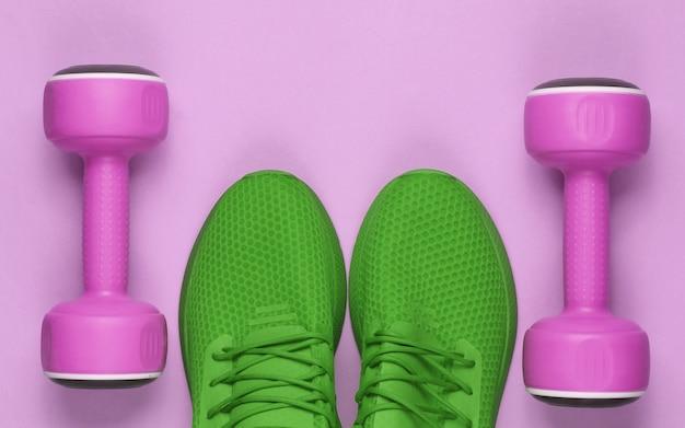 Minimalistyczny sport martwa natura. strój sportowy. buty sportowe do treningu i hantle. widok z góry