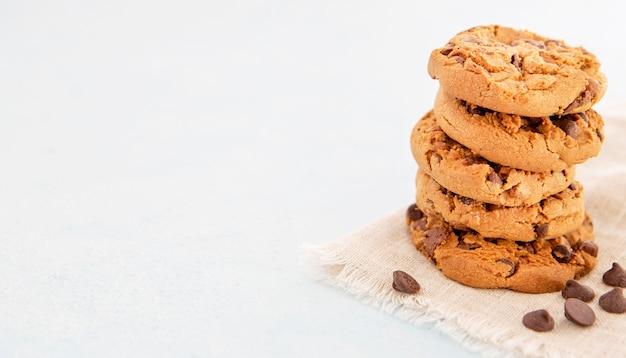 Minimalistyczny stos pysznych ciasteczek kopiuje przestrzeń