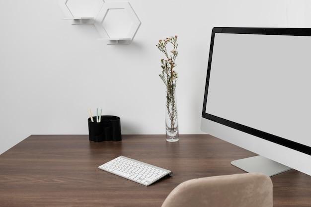 Minimalistyczny układ biurka z monitorem