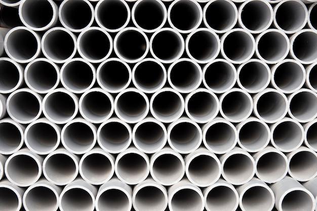 Minimalistyczny układ rur pcv budowlanych