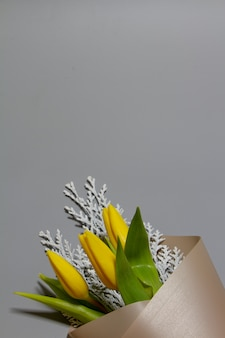 Minimalistyczny wiosna bukiet unblown żółtych tulipanów i konferenci, selekcyjna ostrość