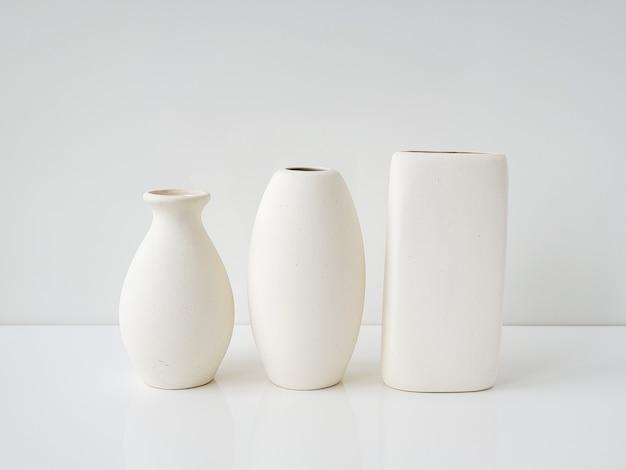 Minimalizm biały na białym trzy różne białe wazony