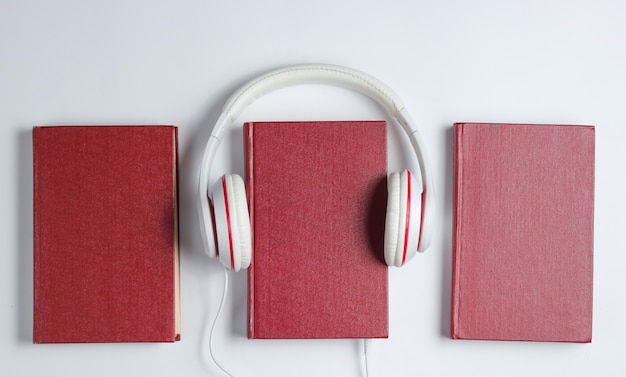 Minimalizm online posłuchaj koncepcji książek. audiobook book ze słuchawkami na białym tle. widok z góry