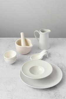 Minimalna kompozycja stołu w kolorze białym