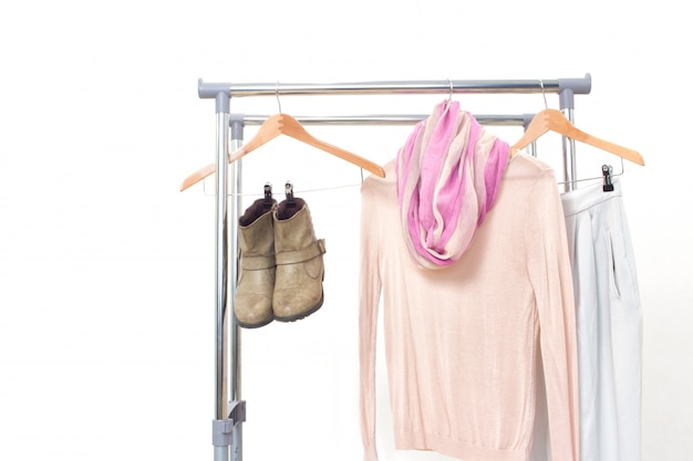 Minimalna moda ubrania koncepcja. kobieta odziewa na wieszaku na bielu.