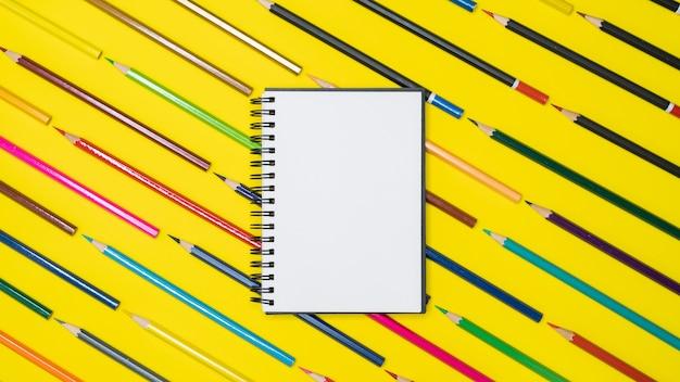Minimalna przestrzeń robocza kolorowe tło z wieloma kredkami