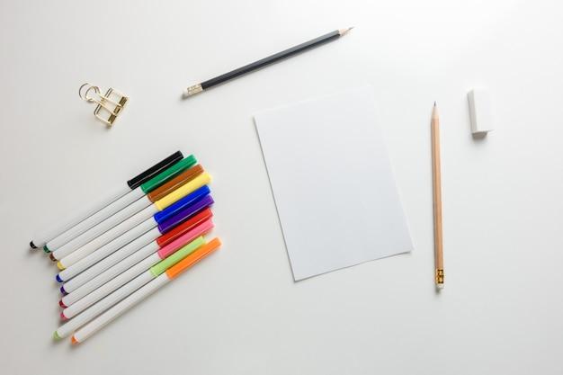 Minimalna przestrzeń robocza - kreatywne płaskie lay zdjęcie biurka pracy z szkicownik i drewniane ołówek na przestrzeni kopii na białym tle. widok z góry, fotografia płaska.