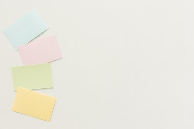 Minimalna przestrzeń robocza - kreatywne płaskie lay zdjęcie pulpitu roboczego biurko z wizytówką z pustym ekranem w przestrzeni kopii na białym tle. widok z góry, fotografia płaska.