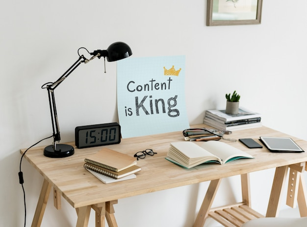 Minimalna przestrzeń robocza w stylu z frazą treść jest królem