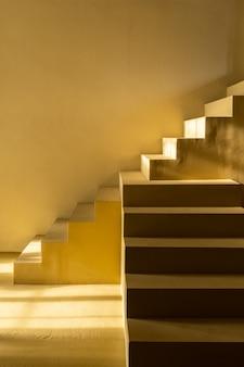 Minimalna scena pustej przestrzeni z żółtymi schodami i ścianą w cieniu na sesję zdjęciową / koncepcję studia / mustar żółty motyw / studio na świeżym powietrzu / nowoczesny minimal