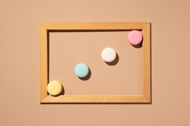 Minimalne abstrakcyjne tło. kolorowe makaroniki na tle lato. ciasto francuskie. widok z góry, układ płaski
