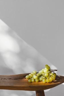 Minimalne abstrakcyjne winogrona i cienie