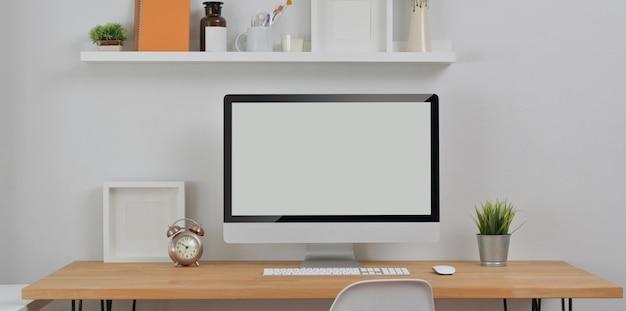 Minimalne miejsce pracy z komputerem stacjonarnym i materiałami biurowymi z dekoracjami