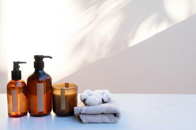 Minimalne nowoczesne produkty kosmetyczne z naturalnymi kosmetykami na neutralnym beżowym tle z nakładką cienia
