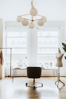 Minimalne wnętrze miejsca pracy projektanta mody
