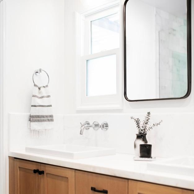 Minimalny jasny biały wystrój łazienki