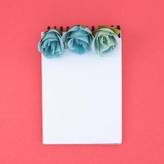 Minimalny notatnik z kwiatami