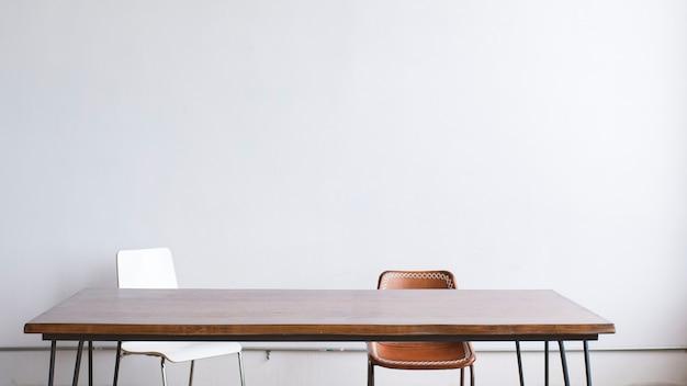 Minimalny wystrój drewnianego stołu