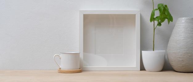 Minimalny wystrój wnętrza domu z makietą ramy, wazonem, doniczką i miejscem na kopię na drewnianym stole