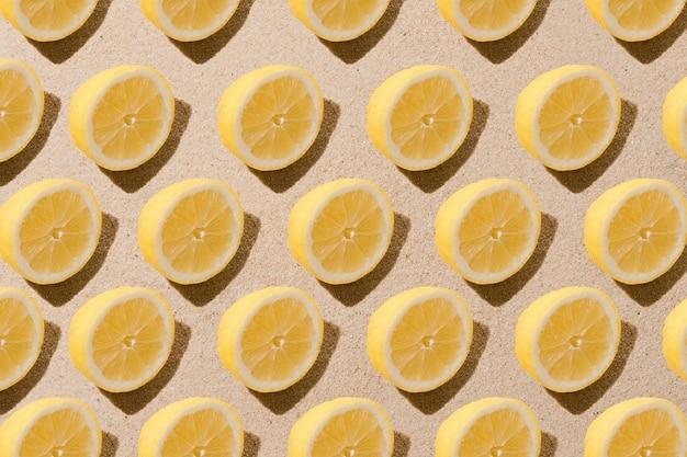 Minimalny wzór natury z plasterkami cytryny tło piaskowe koncepcja owoców letnich płaskie świeckie społecznościowe