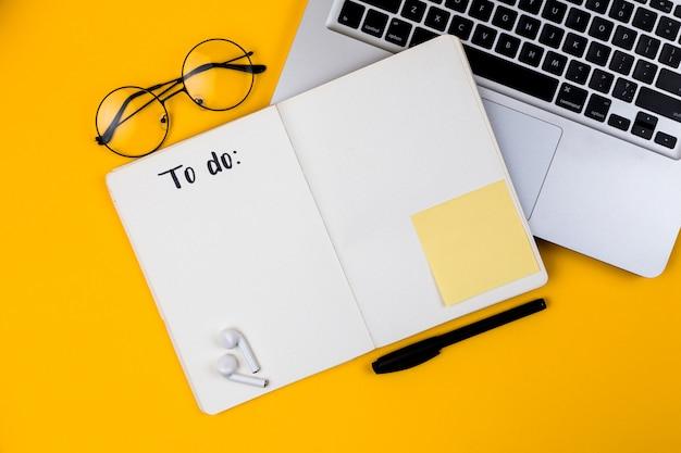Ministerstwa spraw wewnętrznych biurka workspace z laptopem na żółtym tle. leżał z płaskim, widok z góry dziewczyna szef pracy koncepcja biznesowa. praca w domu na kwarantannie koronawirusa