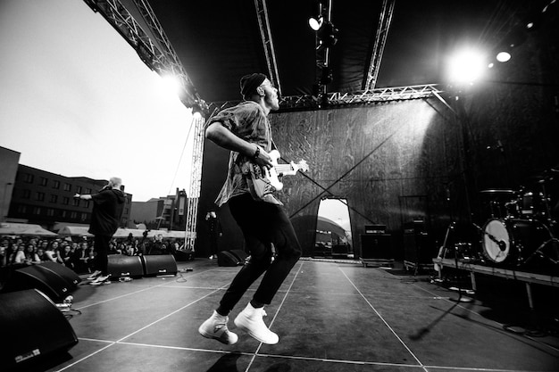 Mińsk - 29 kwietnia 2018: popularna grupa rockowa nuteki na scenie