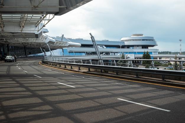 Mińsk, białoruś - 16 czerwca 2021 międzynarodowy port lotniczy mińsk. główne wejście do terminalu. międzynarodowy transport pasażerski.