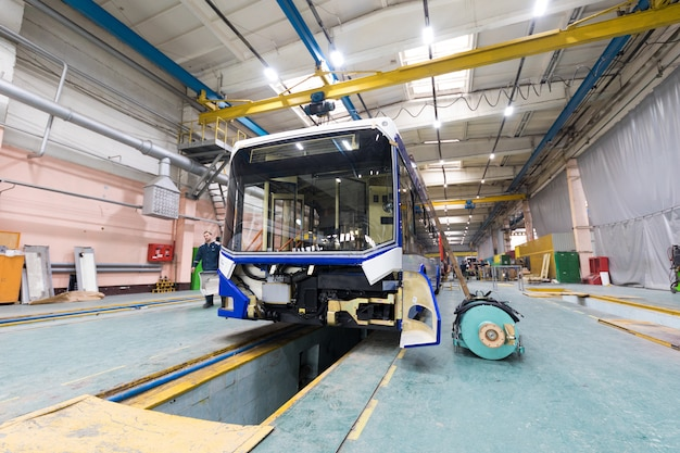 Mińsk, białoruś - 22 lutego 2018: linia produkcyjna trolejbus
