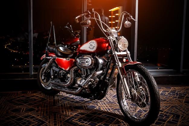 Mińsk, białoruś 24 grudnia 2019 motocykl harley davidson w ciemnym pokoju.