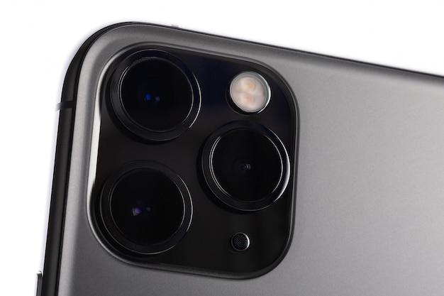 Mińsk, białoruś - 26 października 2019: ekstremalne makro ultra-szerokiego, szerokiego i teleobiektywu na nowym najnowszym komputerze apple iphone 11 pro max