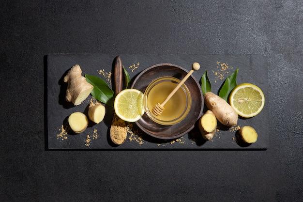 Miód, cytryna i imbir na tablicy