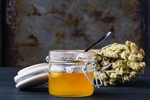 Miód do medycyny etnonauki z ziołami
